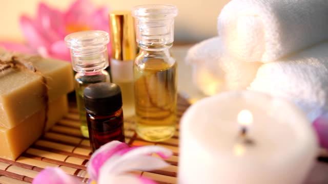 aromaterapia olio per massaggi. - asciugamano video stock e b–roll