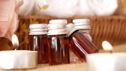vídeos y material grabado en eventos de stock de aceite de aromaterapia con ajuste de spa. - balneario spa