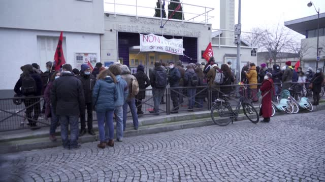 around 100 people gather in front of the fernand labori school in the 18th arrondissement of paris to demonstrate against the procedure for the... - giustizia video stock e b–roll