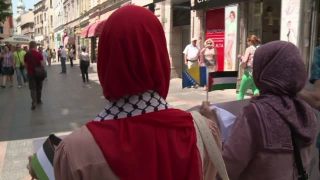 around 150 people marched in the bosnian capital sarajevo on saturday to mark the 47th anniversary of the naksa the arab defeat against israel in the... - conflitti arabo israeliani video stock e b–roll