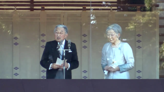 around 154,800 people gathered at the imperial palace in tokyo on jan. 2 for the last chance to see emperor akihito offer new year's greetings, the... - 天皇点の映像素材/bロール