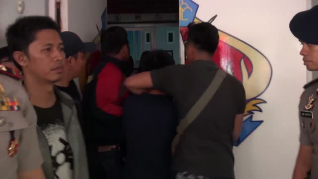 around 200 inmates escaped on may 05 2017 from an overcrowded prison in indonesia's riau island riau deputy police commissioner ermi widyanto said... - gefängnisausbruch stock-videos und b-roll-filmmaterial
