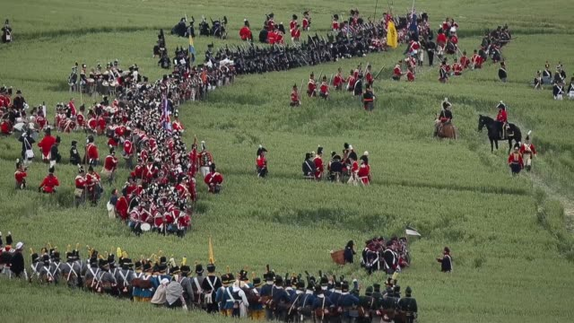 vidéos et rushes de around 5000 historical re-enactors will amass this evening to stage the 1st battle re-enactment, the 'french attack', in front of around 200,000... - historical reenactment