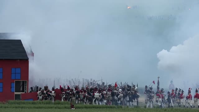 vidéos et rushes de around 5000 historical re-enactors will amass this evening to stage the 1st battle re-enactment, the 'french attack', in front of around 200,000... - battle