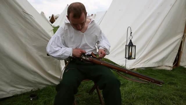vidéos et rushes de around 5000 historical re-enactors will amass this evening to stage the 1st battle re-enactment, the 'french attack', in front of around 200,000... - reconstitution historique