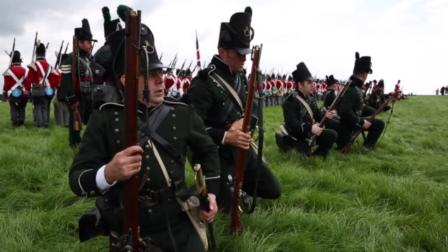 around 5000 historical reenactors will amass this evening to stage the 1st battle reenactment the 'french attack' in front of around 200000... - schlacht stock-videos und b-roll-filmmaterial