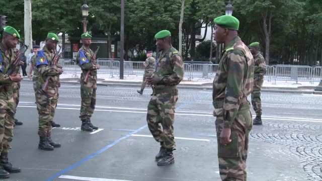stockvideo's en b-roll-footage met around 60 malian soldiers have been taking part in dawn training exercises in paris ahead of celebrations for 14th july when they will march... - dawn french