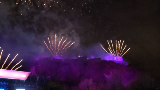 vídeos de stock, filmes e b-roll de around 75000 partygoers gathered in the centre of edinburgh in the shadow of the city's castle to see in 2019 at the bells at one of the globe's... - dia do ano novo