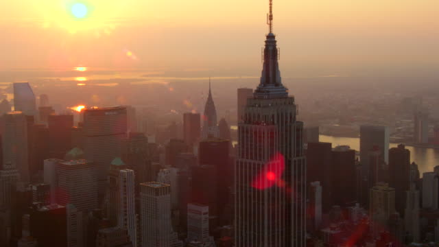 stockvideo's en b-roll-footage met close up aerial around empire state building to chrysler building at sunrise - metlife building