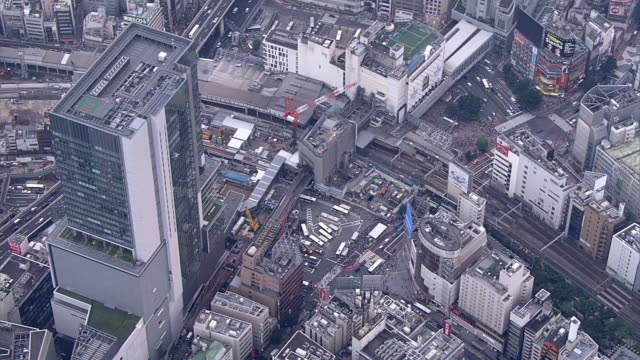vídeos y material grabado en eventos de stock de aerial, around shibuya station, tokyo, japan - aircraft point of view