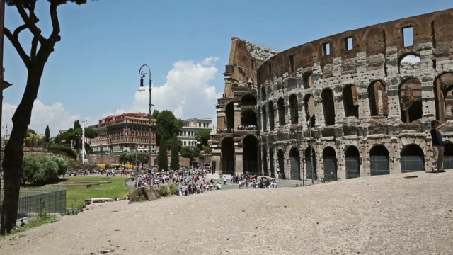 around the coliseum of rome - besichtigung stock-videos und b-roll-filmmaterial