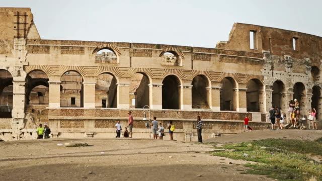 around the coliseum of rome - bogen architektonisches detail stock-videos und b-roll-filmmaterial