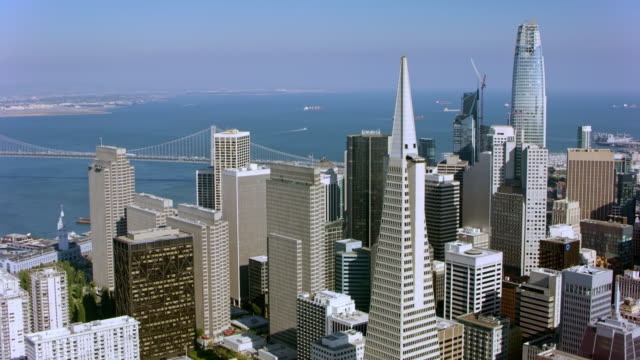 vídeos y material grabado en eventos de stock de aerial around the transamerica pyramid in san francisco, ca - pirámide transamerica san francisco