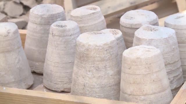 vídeos de stock, filmes e b-roll de arqueologos de israel anunciaron el jueves que encontraron unos vasos de piedra de 2000 anos de antigüedad cerca de cana donde segun la tradicion... - vino