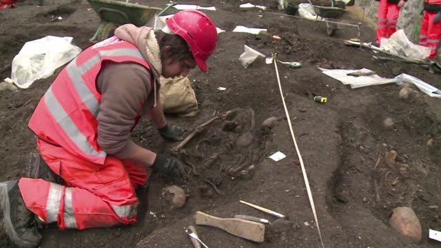 arqueologos desentierran al menos los huesos de 3000 esqueletos enterrados hace siglos en el antiguo cementerio bedlam ubicado bajo la city de londres - la city de londres stock videos and b-roll footage