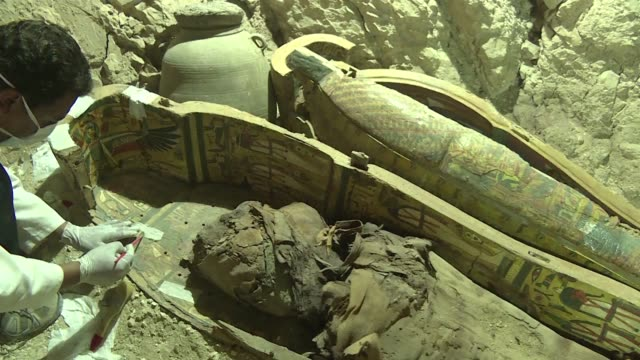 Arqueologos egipcios desenterraron varias momias coloridos sarcofagos de madera y mas de mil estatuas funerarias de una tumba de 3500 anos de...