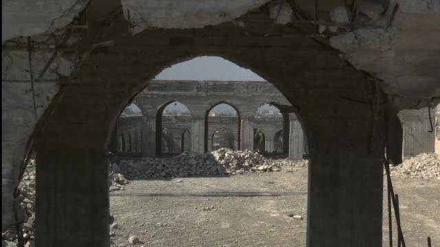 arqueologos iraquies trabajan para salvar dos esculturas de marmol blanco que representan dos toros con alas asi como otras piezas arqueologicas del... - arqueologia stock videos & royalty-free footage