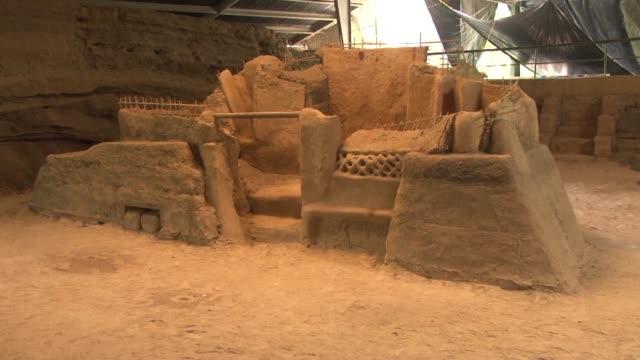 arqueologos salvadorenos emprenden nuevas excavaciones en el parque arqueologico joya de ceren en busca de pistas sobre la vida cultivos y... - arqueologia stock videos & royalty-free footage