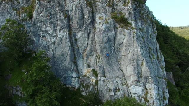 arrampicata - parete rocciosa video stock e b–roll