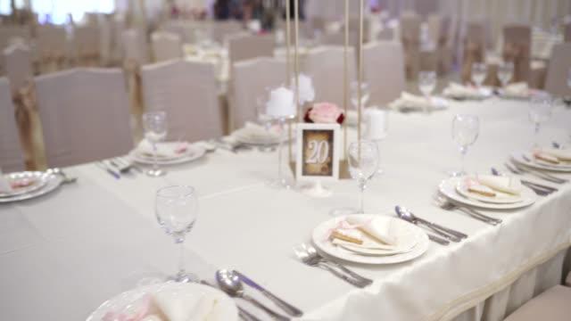 vidéos et rushes de table arrangée pour la cérémonie de mariage - palace