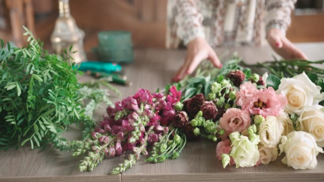 arranging bouquet - bouquet stock videos & royalty-free footage