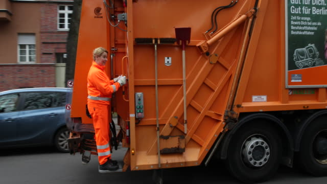 arrival of federal minister franziska giffey in orange workwear of the bsr visit of the first network meeting of garbage collectors from all over... - internationaler frauentag stock-videos und b-roll-filmmaterial