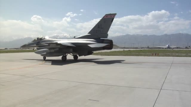 stockvideo's en b-roll-footage met arrival of the 100th fighter squadron f16 fighting falcons at bagram airfield afghanistan the 100 fs is based out of dannelly field alabama - bagram