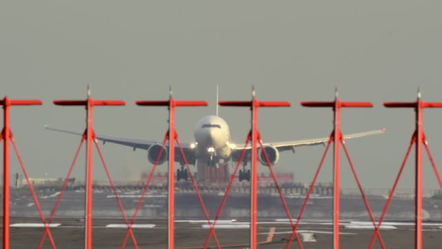 stockvideo's en b-roll-footage met arrivaled airplane at international airport - informatiebord