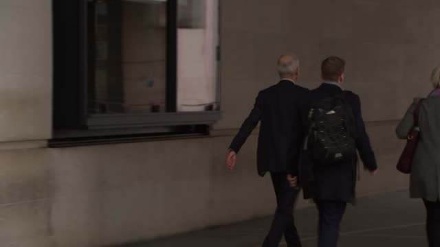 stockvideo's en b-roll-footage met bbc arrivals and departures for the andrew marr show england london bbc broadcasting house ext david lidington mp departs / theresa villiers mp... - andrew marr
