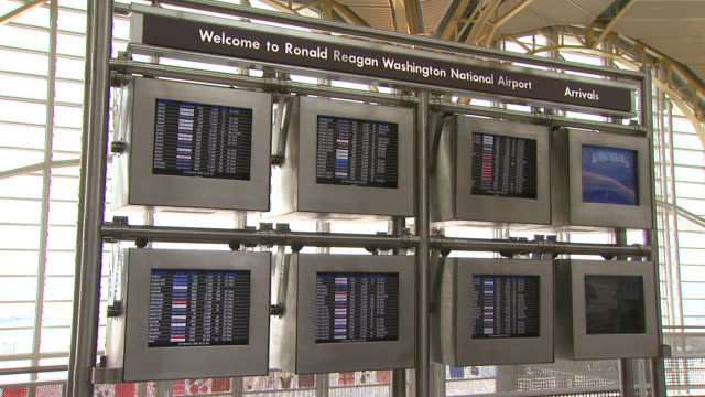 vidéos et rushes de arrivals board at ronald reagan washington national airport / arlington virginia united states - aéroport ronald reagan