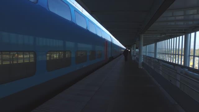 vidéos et rushes de arrived from a train on the platform of a train station - partir
