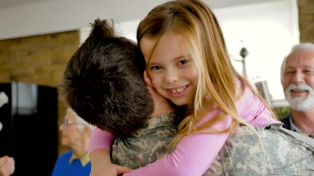vídeos de stock e filmes b-roll de arriving home after serving with special forces - oficial posto militar
