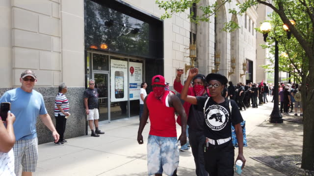 vidéos et rushes de arriving protesters make black power fists. hundreds of counter protesters, including the nation of islam, the dayton chapter of the black panthers,... - poing levé