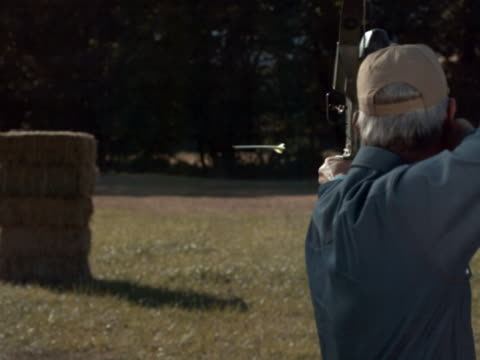 vídeos y material grabado en eventos de stock de arrow hitting its target - gorra de béisbol