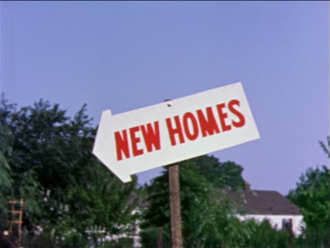 "vidéos et rushes de 1959 arrow shaped sign with red lettering ""new homes"" / blue sky + trees in background / philadelphia / docu. - 1950 1959"