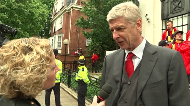 stockvideo's en b-roll-footage met arsenal celebrate winning the fa cup low angle shot of wenger with trophy arsene wenger interview sot dont think can envisage boycotting the world... - fa cup