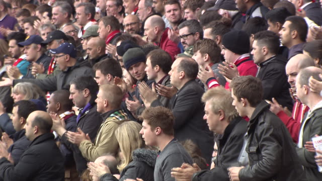 vidéos et rushes de arsenal fans reacting to the action on the pitch at emirates stadium - ambiance format raw