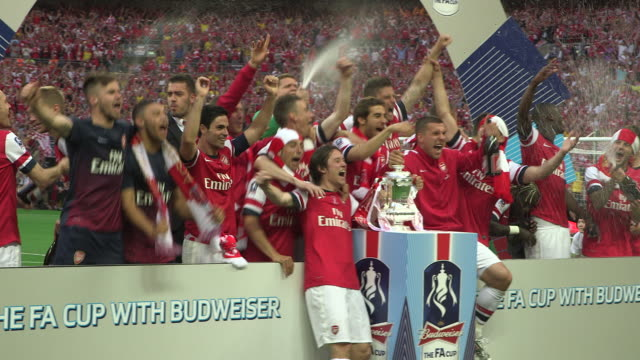 vidéos et rushes de arsenal first team celebrate on the pitch at wembley stadium after becoming fa cup champions for the 11th time after beating hull city - ambiance format raw