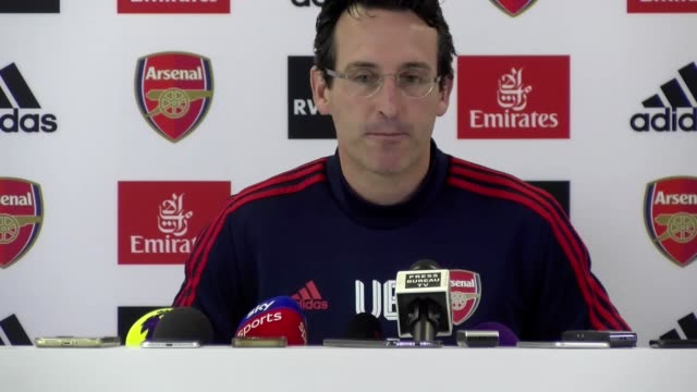 vídeos y material grabado en eventos de stock de arsenal manager unai emery says gunners captain granit xhaka is devastated by fan reaction to him after he was booed by fans when substituted in the... - manos ahuecadas