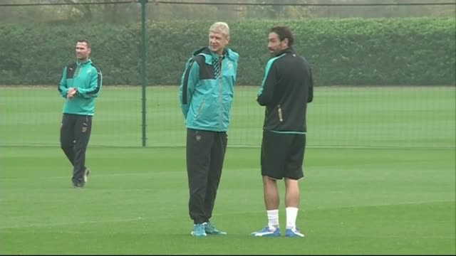arsenal prepare for efl cup final 3112015 / r03111510 london colney ext arsenal manager arsene wenger with robert pires at arsenal training session - アーセン・ベンゲル点の映像素材/bロール