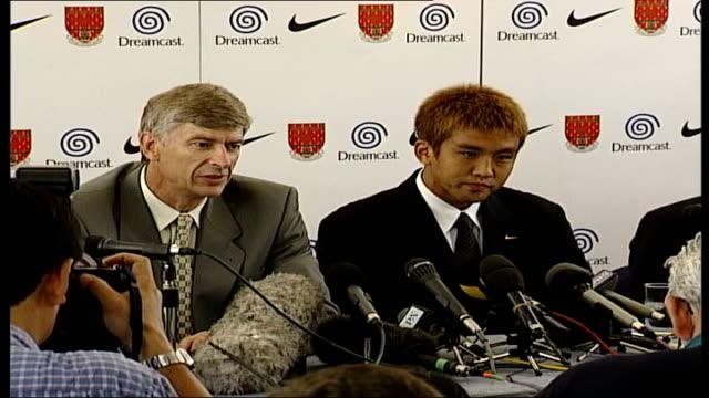 arsenal sign junichi inamoto: press conference and photocall; itn england: london: highbury: int david dein , arsene wenger and junichi inamoto along... - zoom out 個影片檔及 b 捲影像