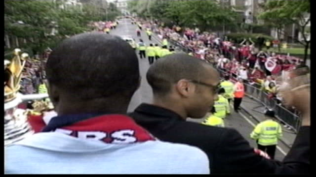 vídeos de stock, filmes e b-roll de arsenal's 'invincibles' celebrate unbeaten title triumph in front of 50000 fans pool london highbury thierry henry and patrick vieira on top of bus... - patrick vieira