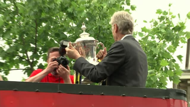 arsene wenger to leave arsenal at end of season r31051506 / **lyle interview partly overlaid sot** arsene wenger holding fa cup on open top bus - アーセン・ベンゲル点の映像素材/bロール
