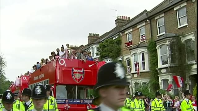 arsene wenger to leave arsenal at end of season t160504068 / open top bus along with arsenal players arsene wenger holding fa cup on open top bus - アーセン・ベンゲル点の映像素材/bロール