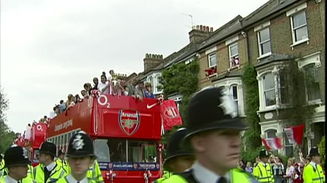 arsene wenger to leave arsenal at end of season tx ext arsenal 'invincibles' football team on top deck of bus as they parade premiership trophy and... - アーセン・ベンゲル点の映像素材/bロール