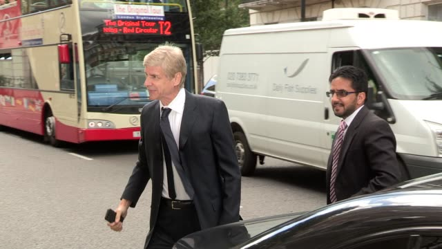 arsène wenger at celebrity video sightings on august 12 2013 in london england - アーセン・ベンゲル点の映像素材/bロール