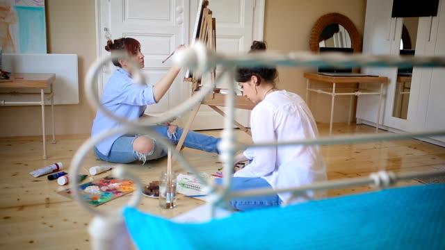 アートとガール フレンドと楽しい - 床に座る点の映像素材/bロール