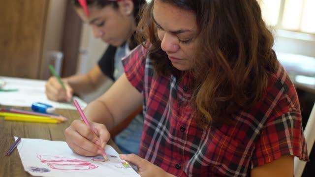 vídeos de stock, filmes e b-roll de aula de arte - desenhar atividade