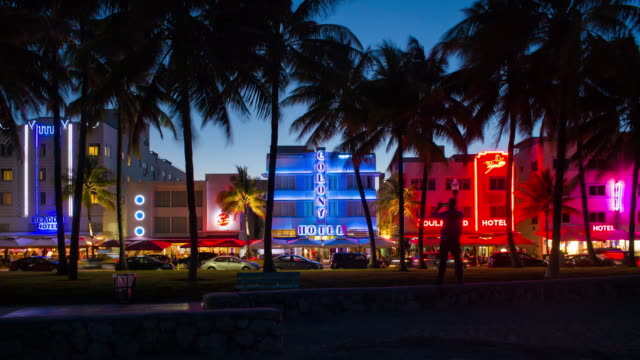 art deco district, ocean drive, south beach, miami beach, miami, florida, usa - time lapse - マイアミ点の映像素材/bロール