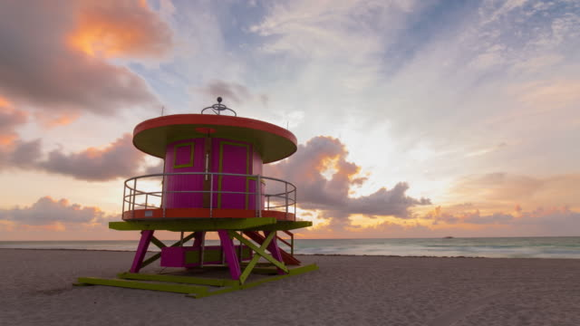 art deco style lifeguard hut on south beach, ocean drive, miami beach, miami, florida, usa - time lapse - bagnino video stock e b–roll